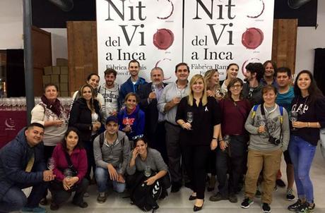 Foto de familia de los blogueros que participamos en el #betterinwinter junto a los organizadores de la Nit del Vi de Inca