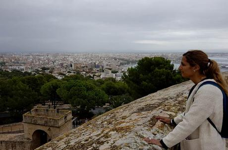 Estefanía disfrutando de las vistas que ofrece el castillo de Bellver qué hacer en Mallorca en invierno