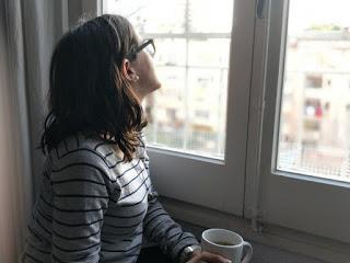 Mirant per la finestra / Mirando por la ventana