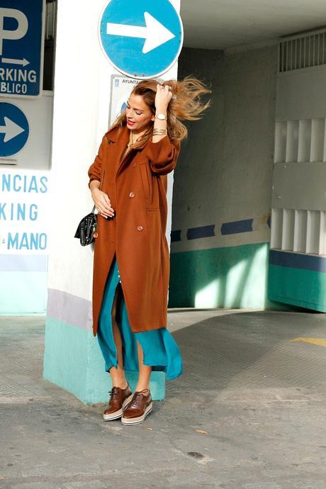 abrigo camel y falda azul