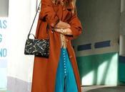 abrigo camel falda azul