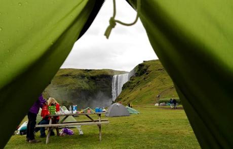 Cascada de Skógafoss desde la tienda de campaña Islandia por libre