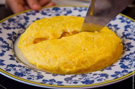 Comer tortilla de patata estilo Betanzos en Madrid Taberna Pedraza
