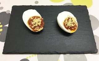 Huevos rellenos de atún picantes