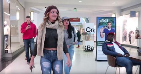 Una modelo de BodyPainting paseó desnuda por un centro comercial y las reacciones son muy graciosas