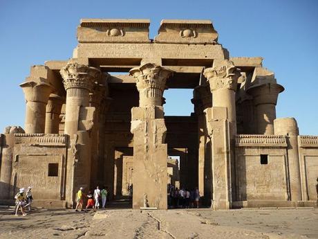 Descubren un relieve del hermano de Alejandro Magno en el templo egipcio Kom Ombo