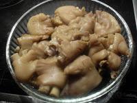 Pies de cerdo con setas variadas y picada de almendra