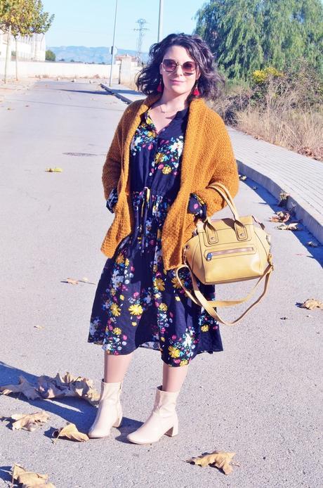Vestido midi de flores con cardigan mostaza