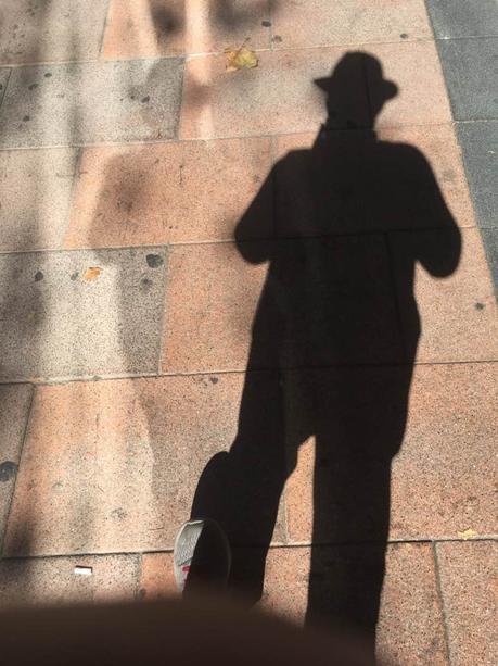 La imagen puede contener: una o varias personas, calzado y exterior