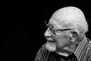 Problemas de audición y consecuencias sociales en personas mayores.