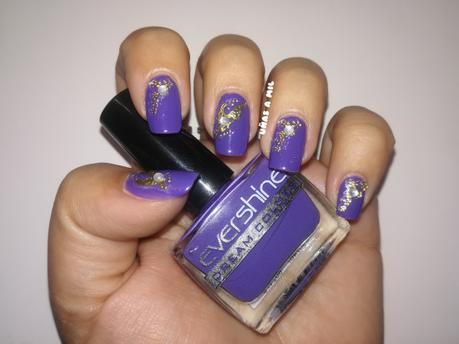 Diseño de uñas sencillo en morado con pegatinas doradas