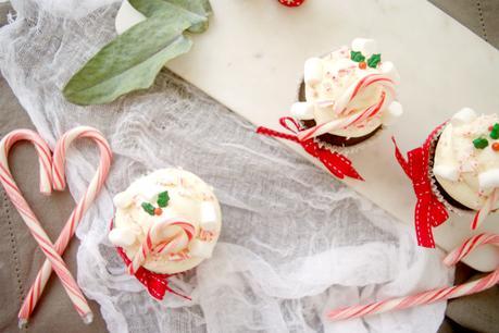 Cupcakes de chocolate y turrón con crema de chocolate blanco para estas Navidades