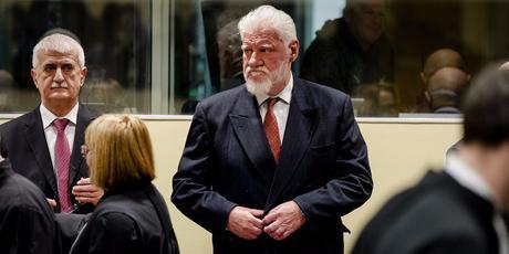 Criminal de la guerra de Bosnia bebe veneno durante la audiencia y muere