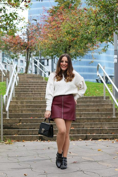 Outfit de otoño con falda granate