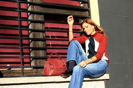 Top cuello perkins tricolor y jeans rectos con mocasines