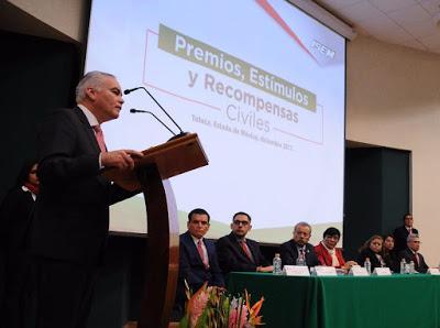 ENFERMERA TEXCOCANA RECIBE ESTÍMULO POR 45 AÑOS DE SERVICIO EN EL SECTOR SALUD