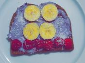 Tostada queso arandanos fruta