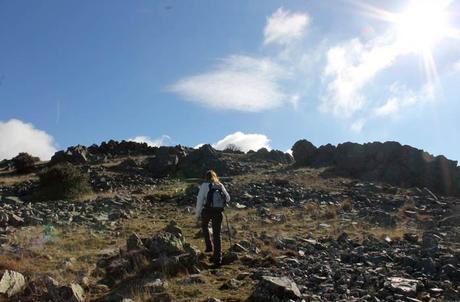 Caminando por la cresta de la montaña Cueva de la Mora