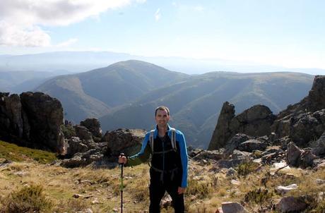 Pablo, con la sierra Quilama al fondo antes de bajar a la Cueva de la Mora