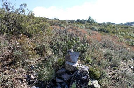 Marcas con piedras en la cresta de la montaña Cueva de la Mora