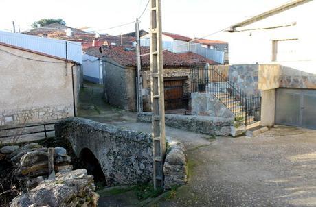 Puente de Navarredonda de la Rinconada sobre el arroyo del pueblo Cueva de la Mora