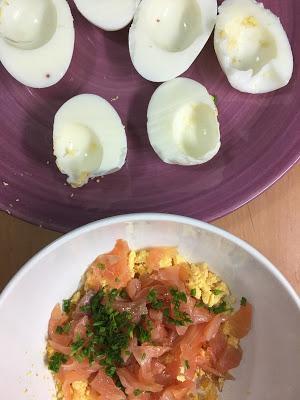 Huevos Rellenos De Salmón Ahumado Y Salsa De Yogourt