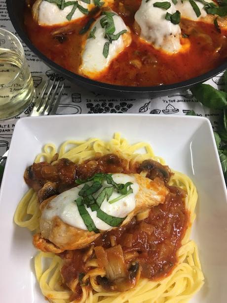 Pechugas De Pollo A La Mozzarella Con Salsa De Tomate Y Champiñones
