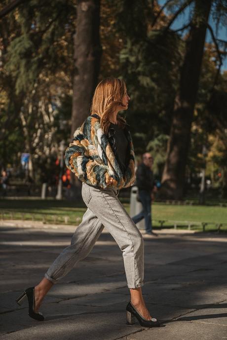 abrigo de pelo y mom jeans