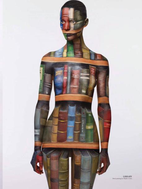 Mujer biblioteca, una muestra de maquillaje corporal con motivo de libros