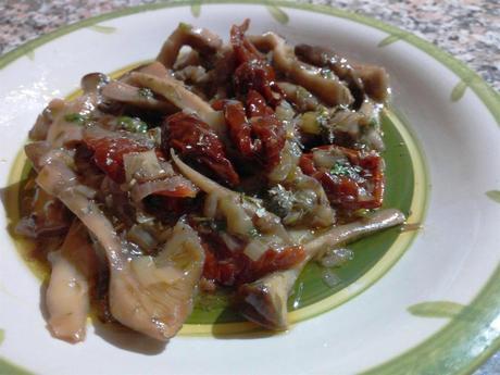 Salteado de setas y tomates secos - Funghi pioppini con pomodori secchi