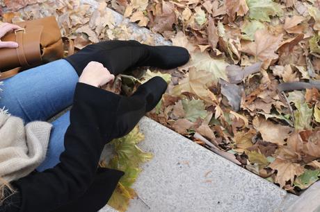 bloguera moda con mochila de mujer marrón primeriti