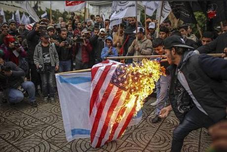 manifestantes quemando banderas de Estados Unidos y de Israel (cuenta Twitter de QUDSN, 6 de diciembre de 2017).