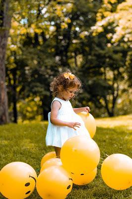 Niña jugado con globos en la boda