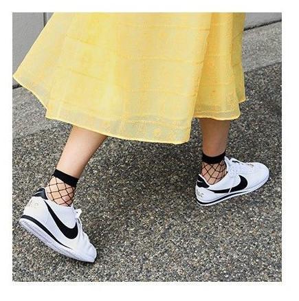 combina zapatilla nike cortez con falta y calcetines de rejilla