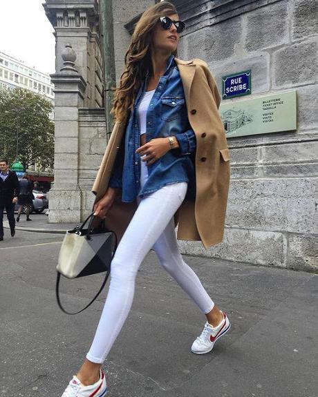 combina zapatilla nike cortez con pantalón blanco