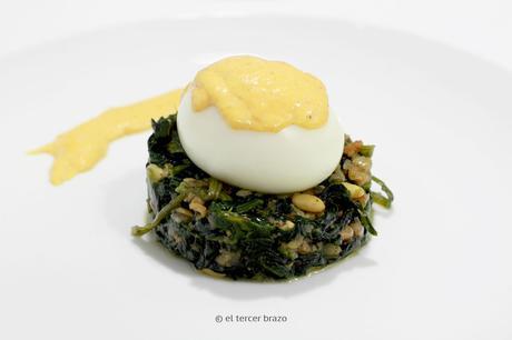 Huevos mollet con crema de marisco emplatado