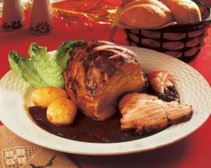lomo de cerdo con salsa de almendras y ciruelas con guarnición