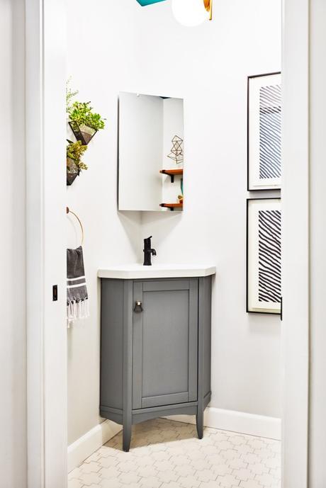 Un medio baño se transforma con pintura