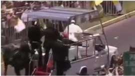 El Papa Francisco baja del papamóvil para ayudar a policía que cayó de caballo #Chile  (VIDEO)