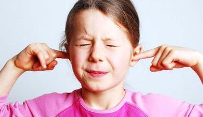 Niña con el oído tapado