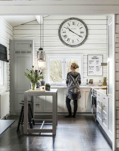 Una cabaña con contrastes en los bosques suecos