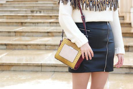 Outfit de invierno con detalles mostaza y falda de cuero