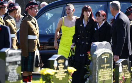 entierro soldado vestido mujer