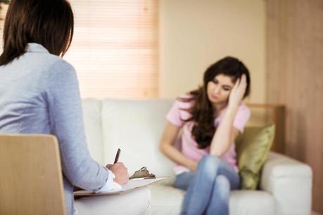 Psicólogo y paciente en terapia psicológica