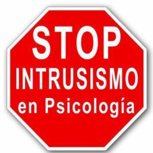 Señal de stop con el texto: stop intrusismo en Psicología