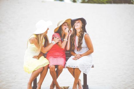 Imagen de personas con habilidades sociales, relacionándose y riendo. Fuente: https://www.consulta21psicologosmalaga.es/habilidades-sociales-basicas/