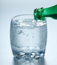 Beneficios y contraindicaciones de beber agua con gas