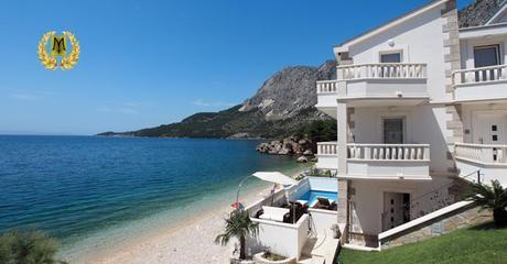 Se vende villa frente al mar con un bello jardín y una gran piscina, valor 1$