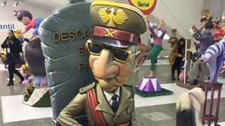 Las Fallas de València resucitan a Franco, casan a Rajoy con Puigdemont y ponen al rey boca abajo.
