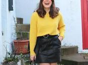 Outfit jersey amarillo falda cuero